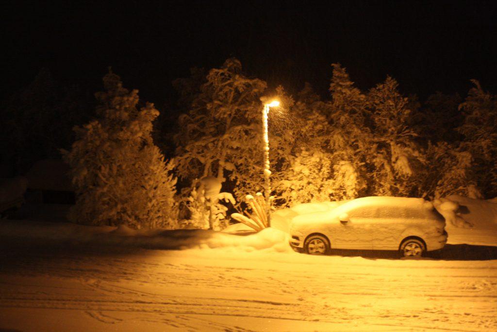 Bilen fortsätter snöa över