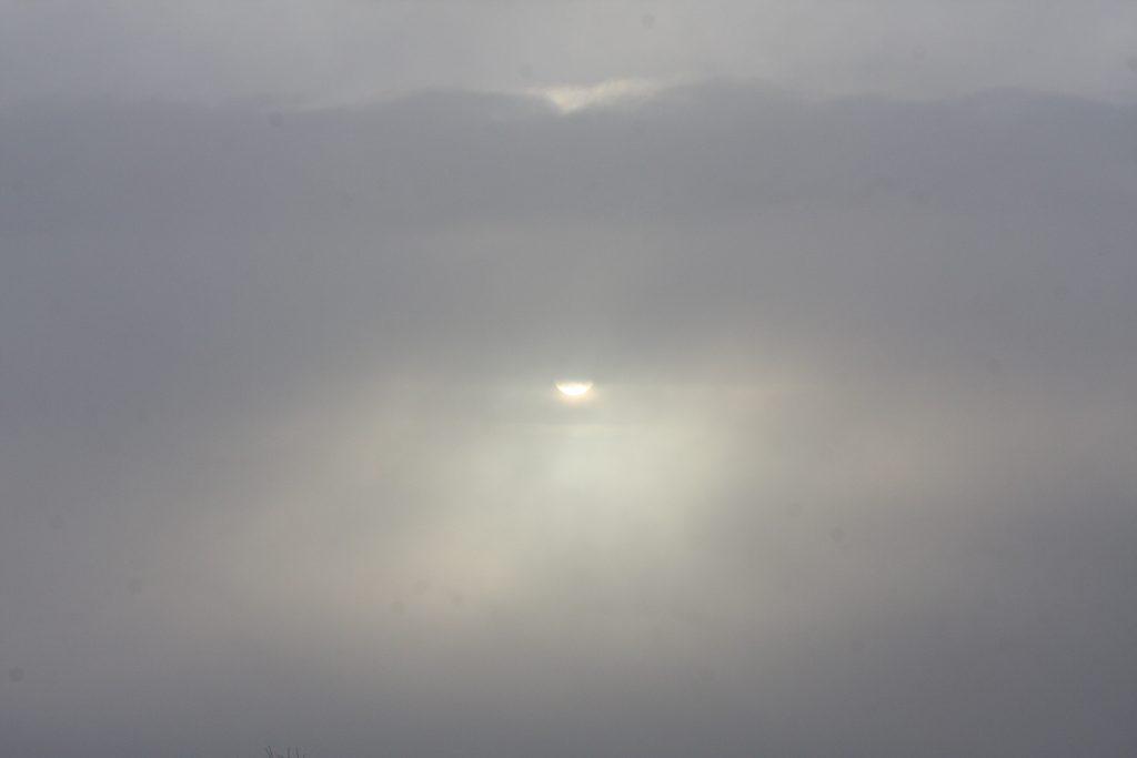 kämpar sig igenom molnen